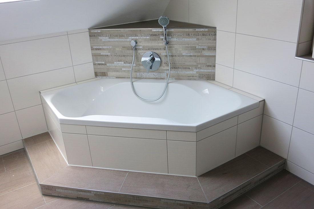 Badewannenanlage als Ecklösung mit Grohe UP-Armatur