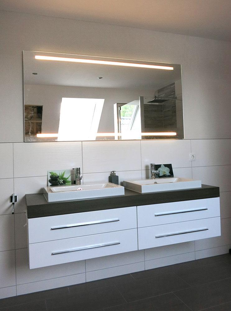 Doppelwaschtisch mit Aufsatzbecken von Alape und beleuchteten Spiegel