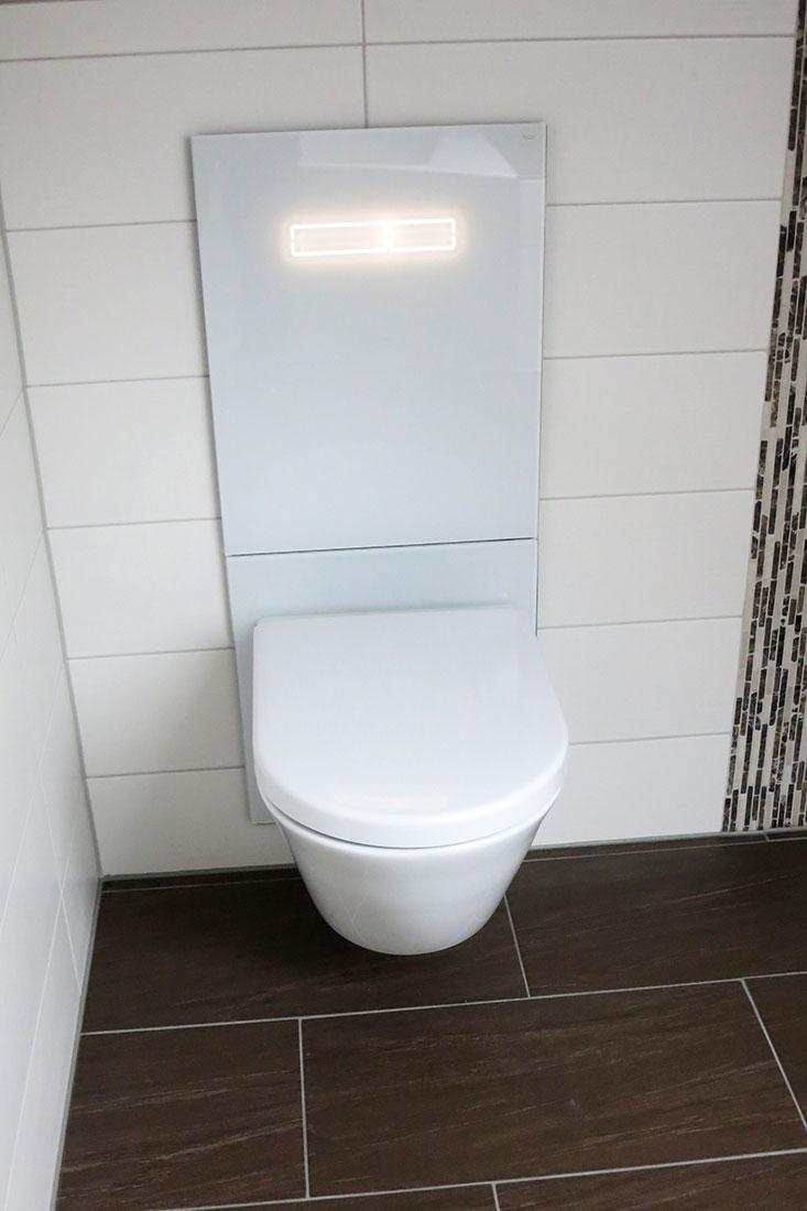Höhenverstellbare WC-Anlage mit Geruchsabsaugung und Touch-Auslösung